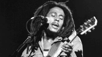 """Bob Marley bei einem Konzert in Paris, 1980. Sein Song """"One Love"""" wird neu aufgelegt, um Spenden zur Bekämpfung der Corona-Pandemie zu sammeln. (Foto: Langevin/AP/KEYSTONE-SDA)"""