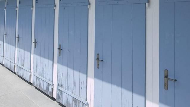 In den Duschkabinenwänden des Hallenbads wurden Löcher gefunden. (Symbolbild)