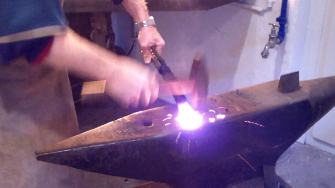 So sieht es aus, wenn Klaus Guhl ein Stück Metall bearbeitet.