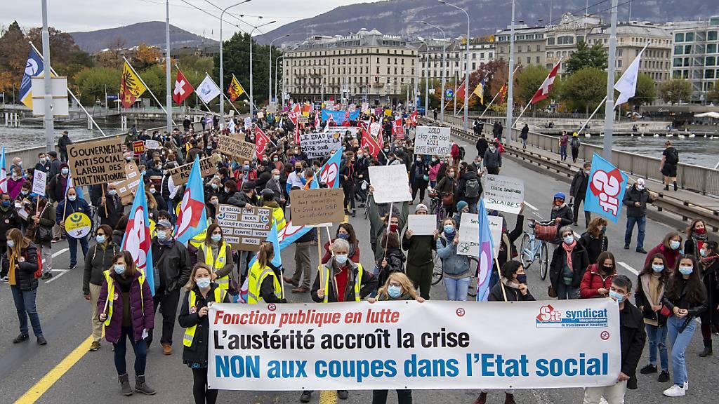 Das Genfer Staatspersonal ging am Donnerstag erneut in grosser Zahl auf die Strasse um gegen Lohnkürzungen zu protestieren.