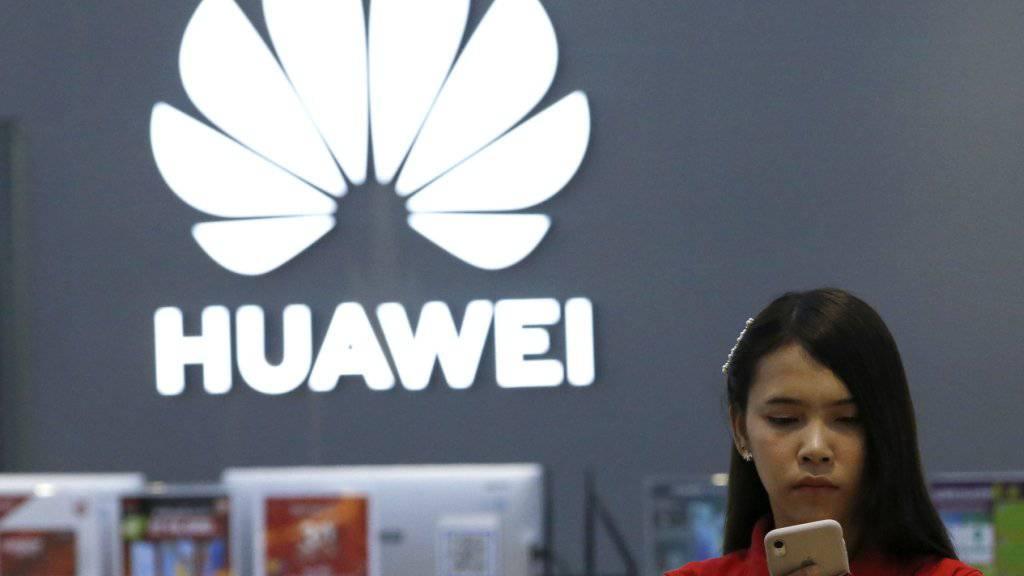 Weltweit stoppen immer mehr Telekomanbieter den Verkauf von Huawei-Handys (Archivbild).