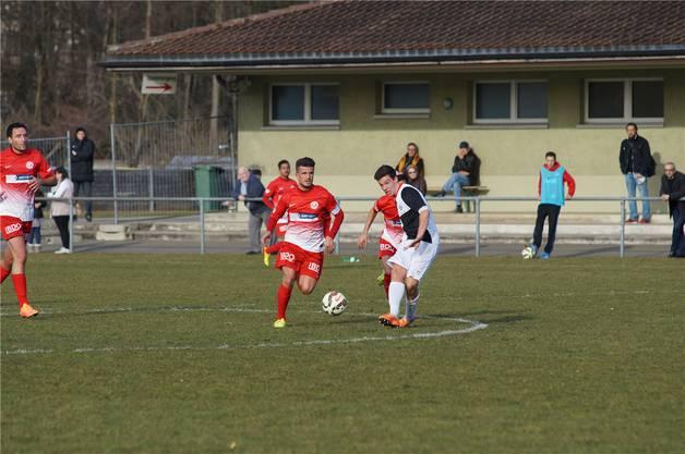 Dietikons Captain Naim Haziri (rotes Dress) gegen Mendrisios Andrea Trapanese.