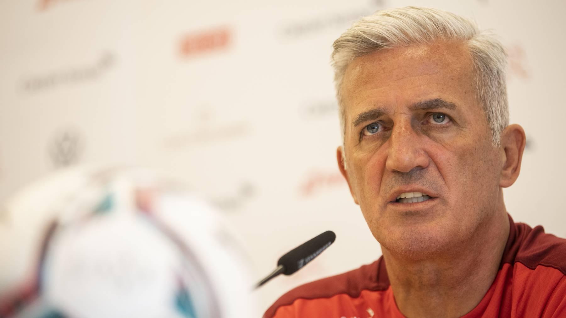 Trainer Vladimir Petkovic, spricht an einer Pressekonferenz nach ihrer Niederlage im Viertelfinal der Fussball Europameisterschaft 2020, aufgenommen am Samstag, 3. Juli 2021 auf dem Flughafen in Zuerich.