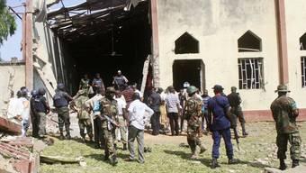 Soldaten vor der Kirche, wo der Anschlag stattfand