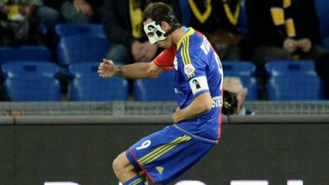 Der Jubel des «Maskenmannes»: Marco Streller feiert sein 2:0. Foto: Georgios Kefalas - Keystone