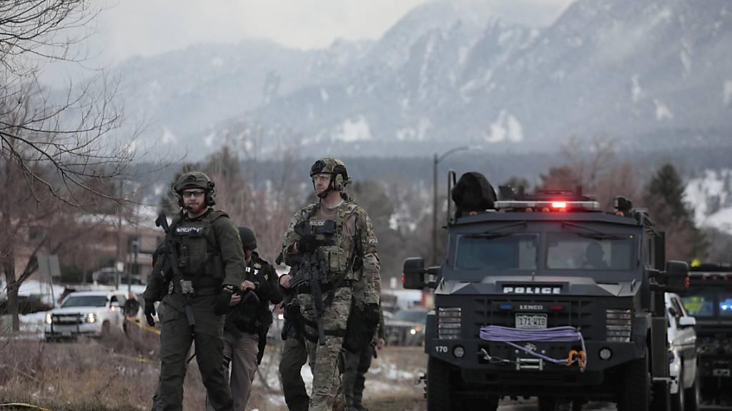 dpatopbilder - Polizisten stehen am Tatort vor einem Supermarkt. Foto: Joe Mahoney/AP/dpa