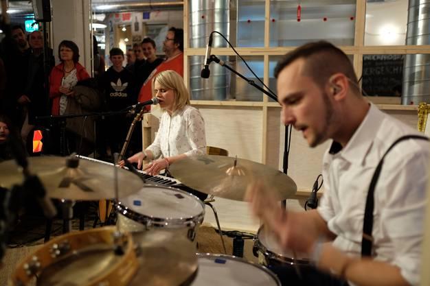 Chantal Krebs und Luzian Graber spielten süffigen Pop im Kleinbasler Klara.