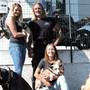 Bereit für die Übergabe: Joy Wenger (l.), Nevi Mijailovic und Ralf Kany mit den Hunden Sky, Elly, Peach und Sophie.