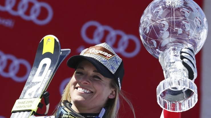 Eine strahlende Lara Gut freut sich über den Gewinn des Gesamtweltcups in der letzten Saison.