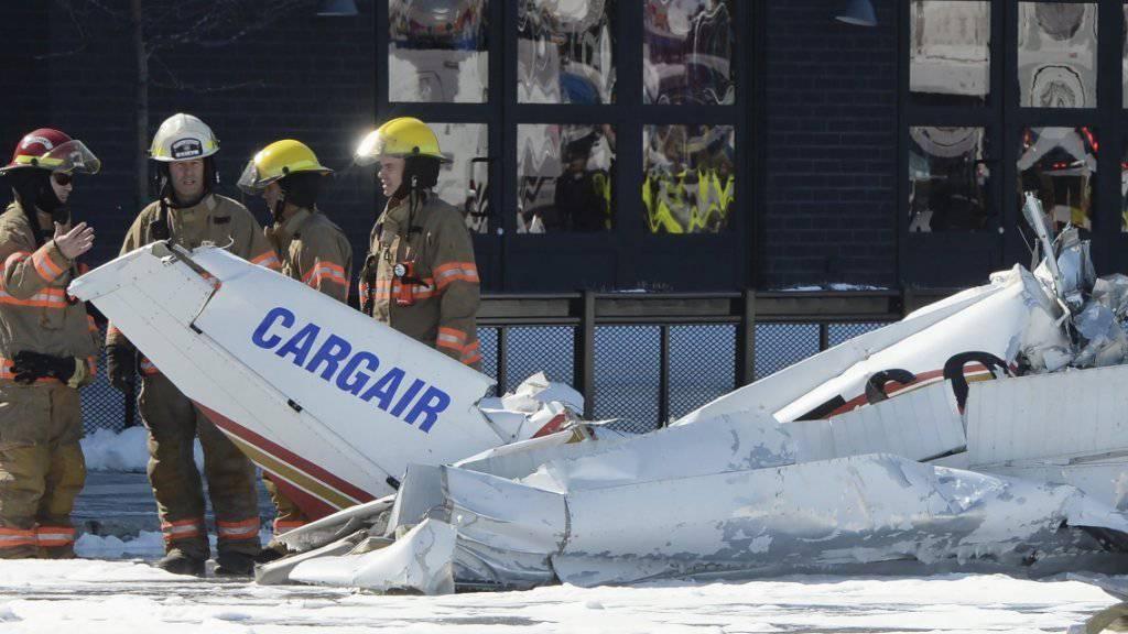 Am Boden gab es beim Absturz der zwei zusammengestossenen Kleinflugzeuge keine Verletzten.