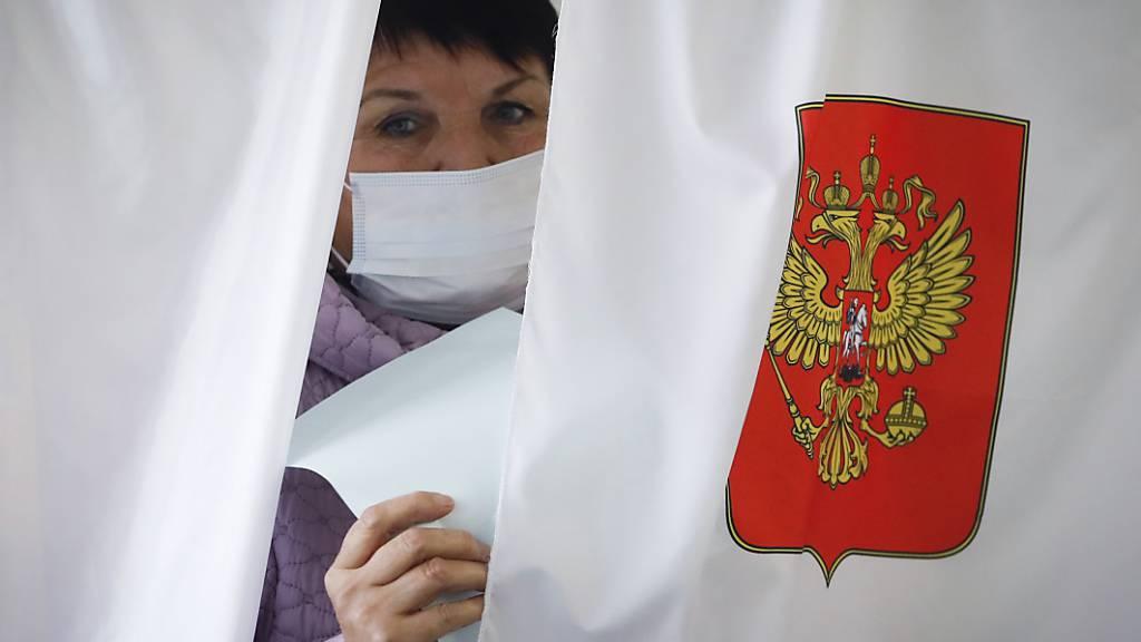 Eine Wählerin in Luppolovo bei St. Petersburg. Foto: Dmitri Lovetsky/AP/dpa