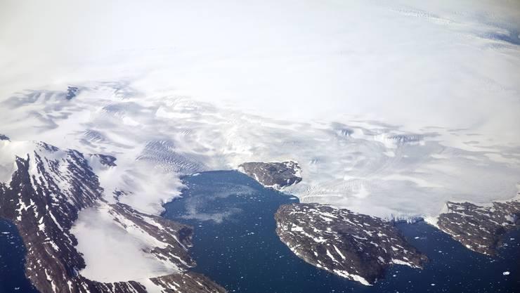 Grönland: grösstenteils von einer dicken Eisschicht bedeckt.