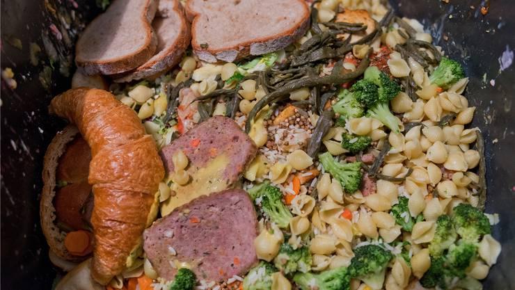 Laut Schätzungen landet ein Drittel der Lebensmittel auf dem Weg vom Feld bis zum Teller im Abfall.