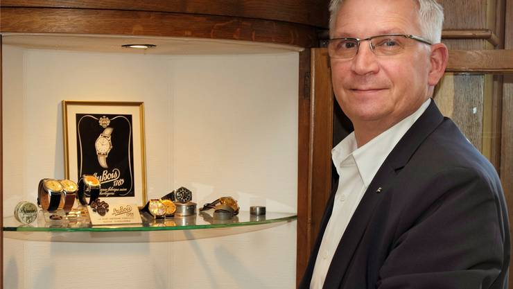 Thomas Steinemann in seinem Büro, wo er alte Uhren und Sammlerstücke der Firma DuBois ausgestellt hat.