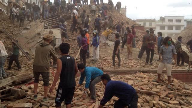 Helfer suchen in den Trümmern in Kathmandu nach Überlebenden