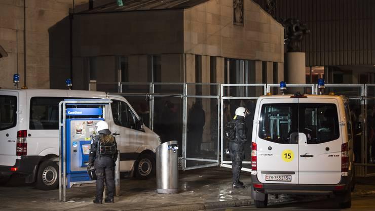 Bei einer unbewilligten Kundgebung in Zürich am Donnerstagabend sind eine Polizistin und ein Demo-Teilnehmer verletzt worden.