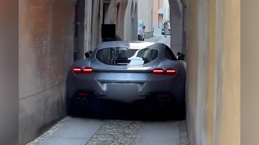 Luxus-Ferrari bleibt in Gasse stecken