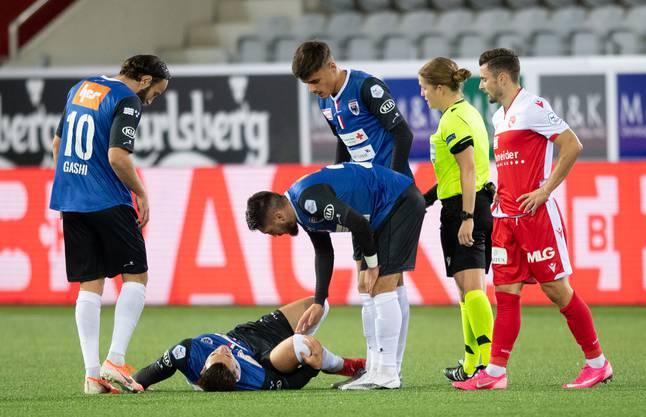 Nach seinem Unfall eilen die Mitspieler sofort zu Qollaku (am Boden), um ihn zu trösten