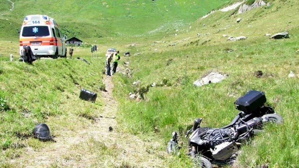 Keinen angenehmen Ausflug ins Grüne hatte ein Töfffahrer am Oberalppass: Der Sturz im Wassergraben neben der Strasse führte zu mittelschweren Verletzungen.