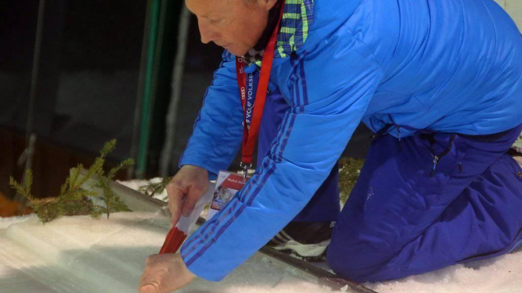 Zu viel Wind, dazu Wasser in der Anlaufspur: FIS-Renndirektor Walter Hofer musste auch das zweite Einzelspringen in Kuusamo absagen