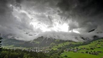 Mal ist es zu viel, mal zu wenig. Deshalb möchten Forscher Wolken beeinflussen. Hier ziehen dichte Wolkenfelder über Lenk im Berner Oberland.WALTER BIERI/Keystone