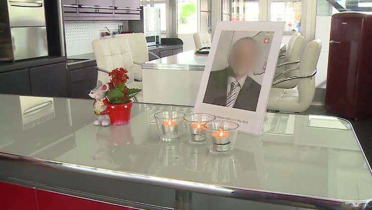 Im Betrieb brennen Kerzen im Gedenken an den verstorbenen Arbeitskollegen.