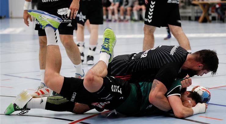 Das Rencontre zwischen Milan Skvaril (oben) und Nicolas Raemy in den Playoff-Viertelfinals 2019. Bild: Christian Pfander (Thun, 23. April 2019)