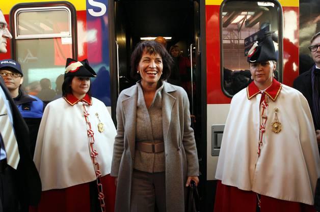 2010 wurde sie zum ersten Mal Bundespräsidentin. Hier steigt sie gerade aus dem Zug in Aarau.
