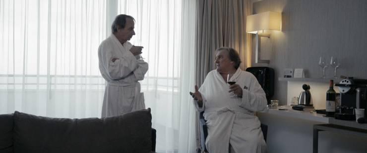 Houellebecq und Depardieu müssen ihren Wein versteckt im Hotelzimmer trinken.