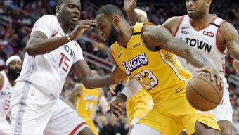 Kaum zu bändigen: LeBron James, der Superstar in den Reihen der Los Angeles Lakers, machte Clint Capela (links) und den Houston Rockets das Leben schwer