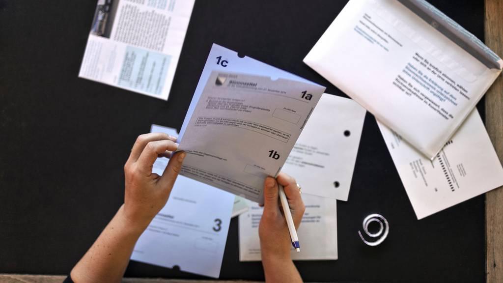 Mit dem Aufruf zur Briefwahl am 27. September wollen die Städte Bern und Zürich Menschenansammlungen vor Urnenlokalen vermeiden. (Symbolbild)