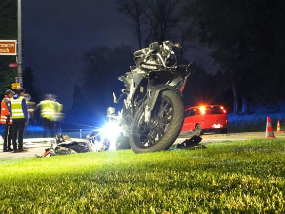 Der 18-jährige Motorradfahrer verstarb noch auf der Unfallstelle. Ein 73-jähriger Autolenker hatte ihn an einer Kreuzung übersehen.