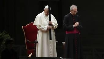 Unter speziellen Voraussetzungen mit kaum Publikum hat am Karfreitag die Prozession vor dem Petersdom in Rom stattgefunden.