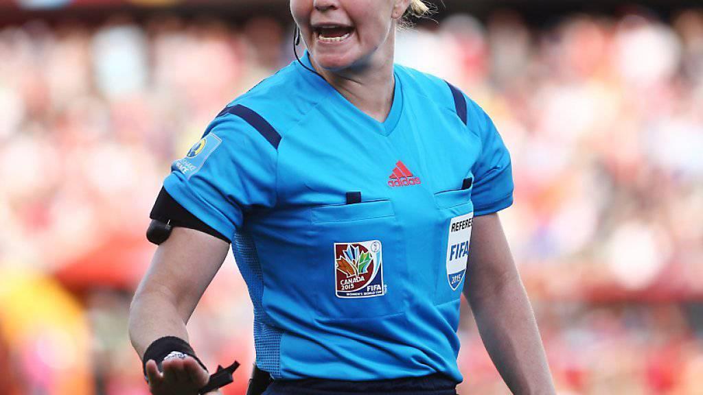Die Schweizer Schiedsrichterin Esther Staubli leitet am Sonntagabend den EM-Final der Frauen.