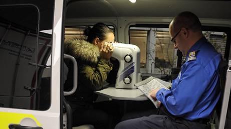 Polizeihauptmann Rolf Thommen testet die Sehschärfe einer Autofahrerin.
