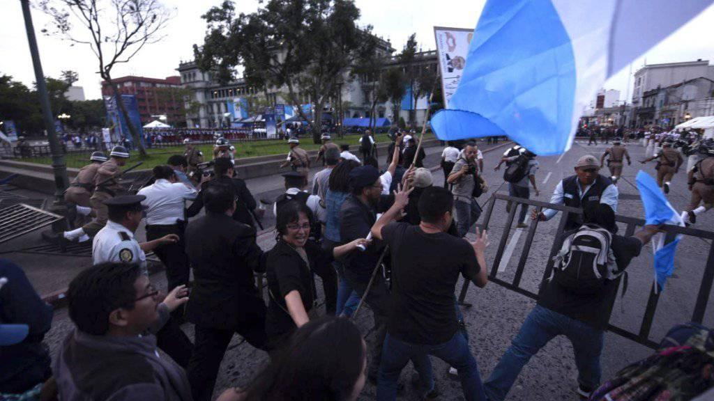 Proteste: Demonstranten in Guatemala schlagen Minister in die Flucht und das Verfassungsgericht kippt fast gleichzeitig eine umstrittene Rechtsreform.