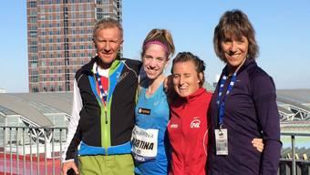 Martina Strähl freut sich zusammen mit ihrem Trainer Fritz Häni und Laufkollegin Daniela Aeschbacher sowie deren Trainerin Elisabeth Krieg (rechts) über den Erfolg in Frankfurt