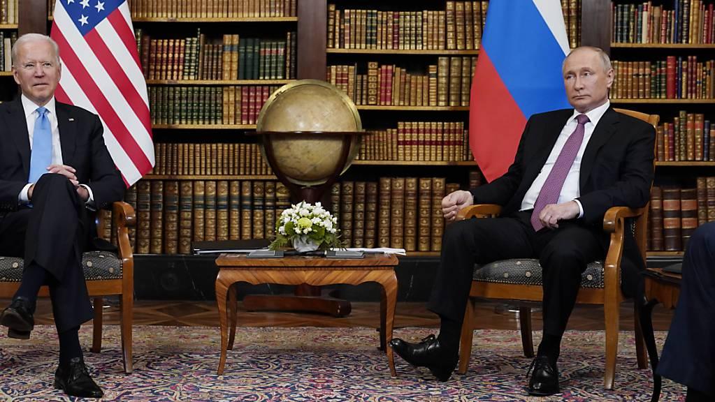 Russlands Präsident Wladimir Putin (rechts) wirft US-Präsident Joe Biden vor, 24 russische Diplomaten des Landes verweisen zu wollen. Die USA präzisieren ihrerseits, dass die Visa russischer Diplomaten von Fall zu Fall verlängert würden. (Archivbild)