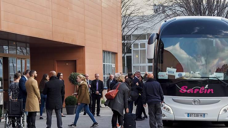 Angehörige der Opfer des Germanwings-Absturzes in den französischen Alpen vor einem Jahr treffen zur Trauerfeier in Marseille ein.
