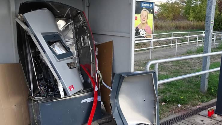 """Der explodierte Fahrkartenautomat am S-Bahnhaltepunkt """"Südstadt"""" in Halle. Bei der Explosion kam ein 19-Jähriger ums Leben."""