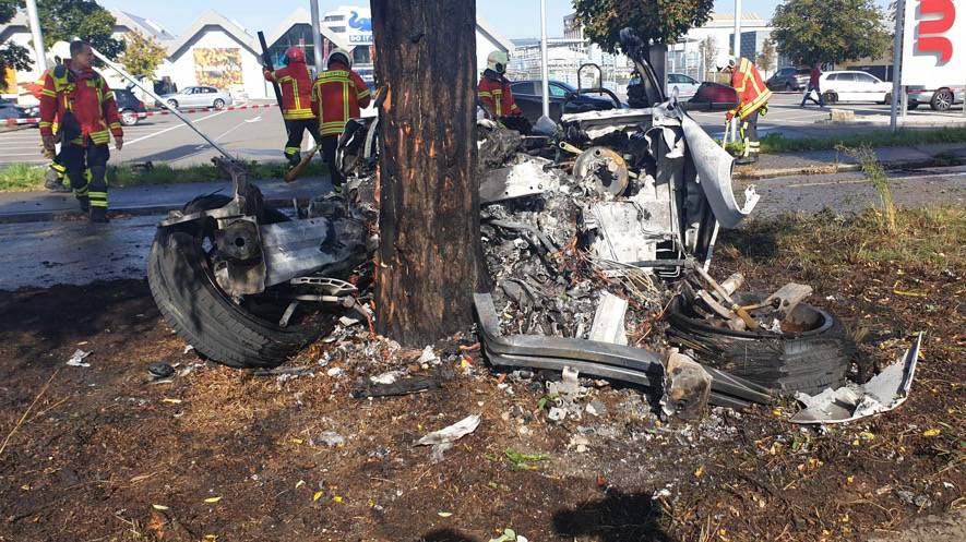 Tesla fängt Feuer – Fahrerin im Spital