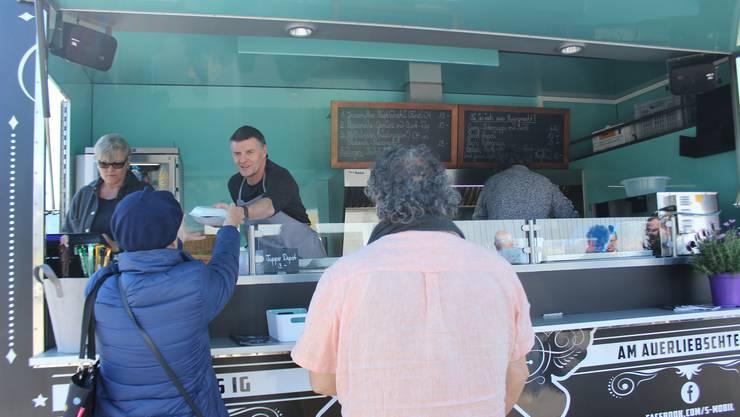 Der Imbisswagen versorgt Kunden mit frischen Produkten aus der Region.