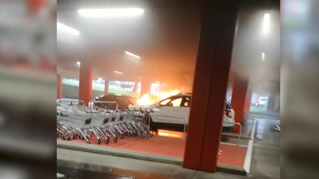 Einkaufszentrum Regensdorf: Zwei Autos in Tiefgarage ausgebrannt