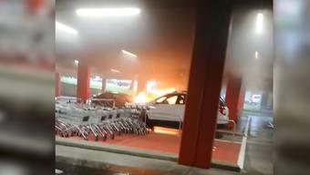 Einkaufszentrum Regensdorf: Auto fängt in Tiefgarage Feuer