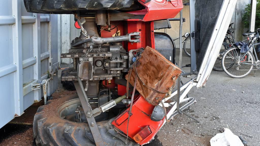 Traktor überschlägt sich auf der Strasse: Fahrer verstirbt