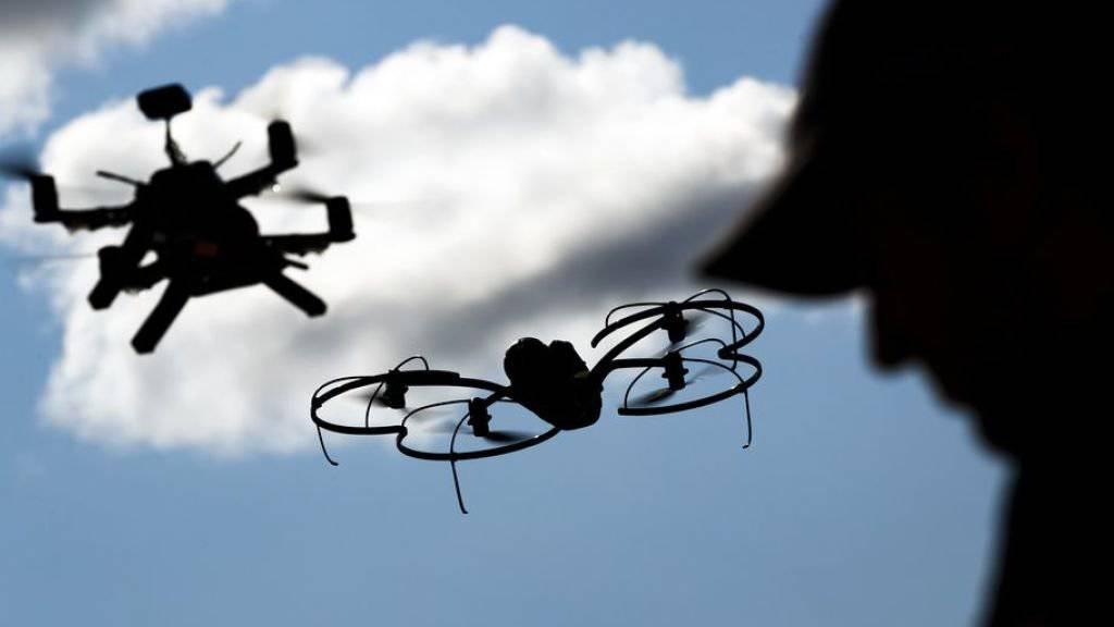 Das Bundesamt für Zivilluftfahrt (BAZL) ist wegen zu vielen Bewilligungsgesuchen für Drohnen überlastet. (Symbolbild)