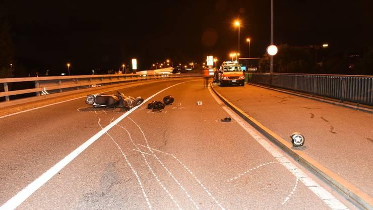 Der Motorradfahrer zog sich beim Selbstunfall schwere Verletzungen zu.