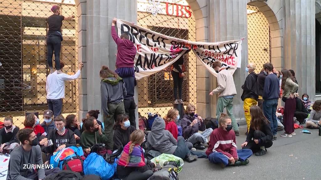 Barrikade am Paradeplatz: Polizei verhaftet 83 Demonstranten