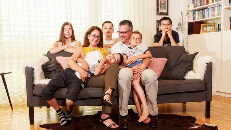 Sabine Stalder und Michael Jablonowski umringt von ihrer Rasselbande. Hinten von links: Veronika, Paul und Lukas. Vorne: Luca und Felix.