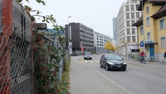 Dietikon Heimstrasse , zur Linken die Stierenmatt , wo dereinst das Schulhaus Limmatfeld entstehen soll